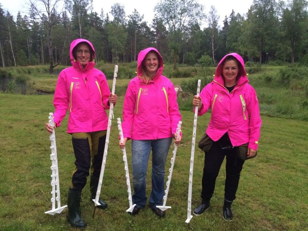 We got some drizzle on the Friday night, just as Anna, Elsa and Åsa were building the grid for the grid work planned for Saturday. It doesn't seem to have dampened their mood!